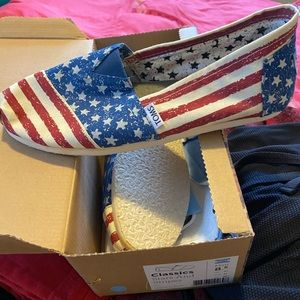 NWT Toms Classic stars & stripes shoes sz 10